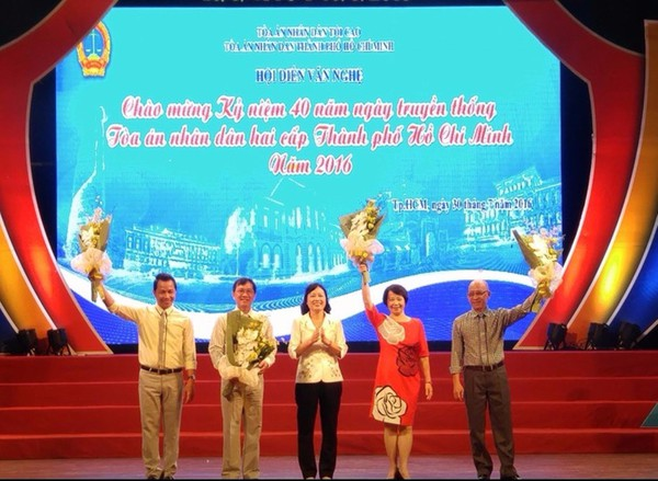 Chánh án TAND TP.HCM Ung Thị Xuân Hương tặng hoa các ban giám khảo