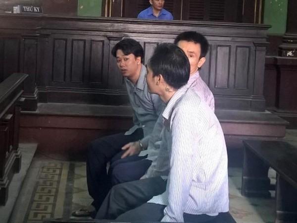 Các bị cáo trong lúc toà nghị án, ảnh Hoàng Yến
