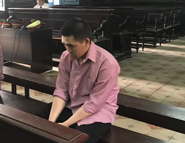 Bị cáo Nhơn luôn cúe gầm mặt trong suốt phiên xử