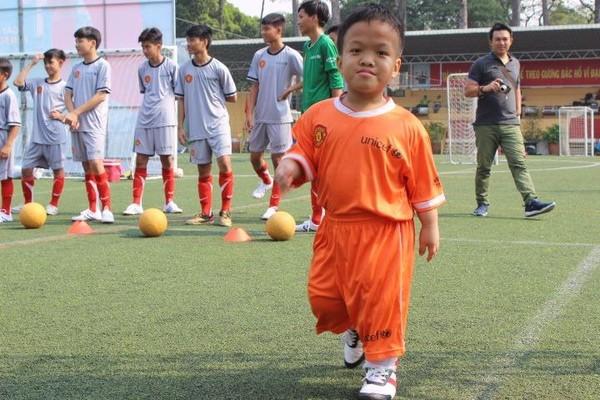 Cầu thủ nhí Lương Hoàng Thông, mái ấm quận 10, bị khuyết tật thể chất nhưng không bỏ bữa tập nào