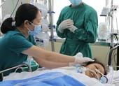 Bác sĩ trắng đêm cứu nữ công nhân bị xe lu cán