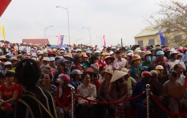 Rất đông người vui mừng đến để được đi trên cây cầu mới