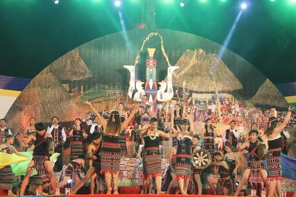 Một màn trình diễn nghệ thuật của đồng bào dân tộc Cơ Tu.