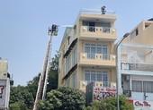 Cảnh sát dùng xe thang cứu 2 người trong đám cháy do hàn xì