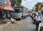 Bình Thạnh: Cô gái đang mua bánh mì thì bị xe tải húc