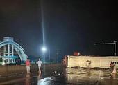 Bình Thuận: Lật xe khách giường nằm, 17 người bị thương