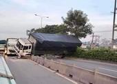 Thủ Đức: Xe tải tông dải phân cách, chắn ngang quốc lộ 1