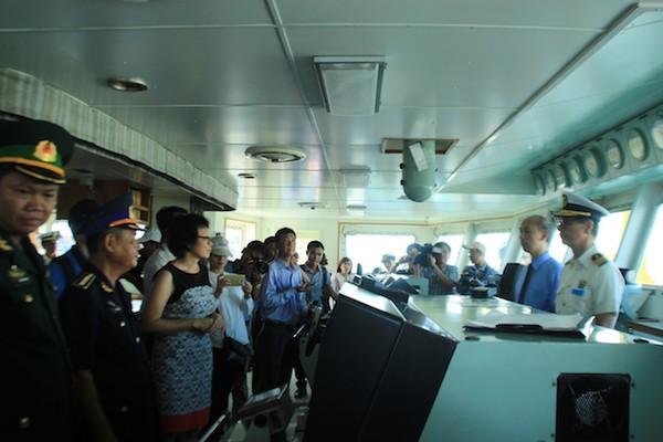 Lực lượng cảnh sát biển Việt Nam được mời lên tham quan tàu KOJIMA. Ảnh: LÊ PHI