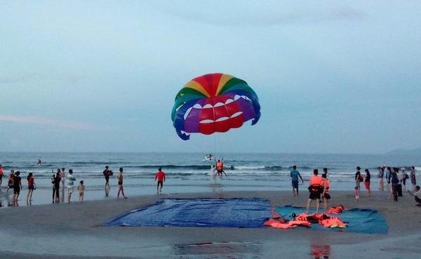 u khách trải nghiệm dịch vụ du lịch tại biển Đà Nẵng