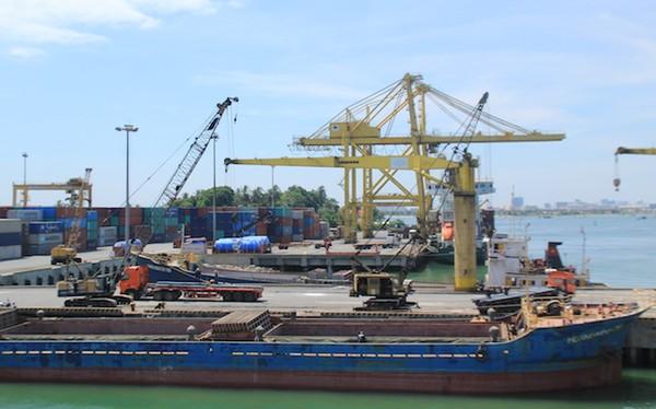 Cảng Tiên Sa vẫn sẽ tăng năng lực bốc xếp hàng hoá lên 12 triệu tấn/năm sau khi từ chối vốn vay ODA. Ảnh: LÊ PHI.