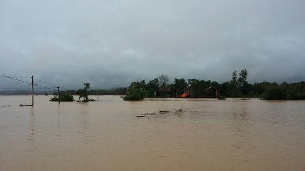 Người dân vùng lũ Quảng Bình, Hà Tĩnh đang cần sự cứu trợ khẩn cấp. Ảnh: Đắc Lam.