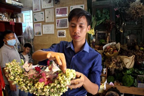 Sau khi ra trường Minh quyết định đi theo con đường cắm hoa vẫn còn mới mẻ tại Việt Nam. Ảnh N.T