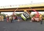 Gần chục người kêu cứu trong xe khách bị lật