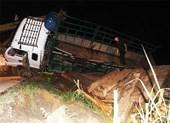 Xe tải không biển số chở gỗ lật xuống ruộng