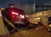 Ô tô 7 chỗ tông nhiều xe, húc sập hàng rào ở Bình Tân