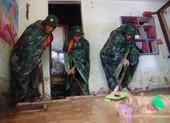 Quân đội giúp dân dọn sạch bùn đất vùng lũ