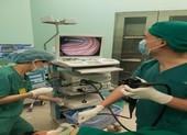 BS 'vật lộn' gắp chiếc ốc vít siêu nhọn trong ruột bé 2 tuổi