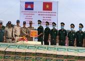 Biên phòng An Giang trao quà cho người dân Campuchia bị lũ lụt