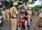Cảnh sát bao vây nhóm đua xe giữa ban ngày trên quốc lộ