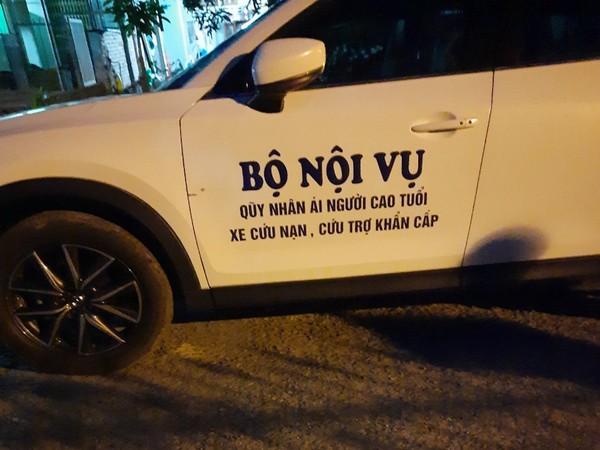 Chiếc xe ô tô biển trắng có ghi chữ