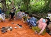 Nhóm người sử dụng bộ đàm lên núi đánh bạc