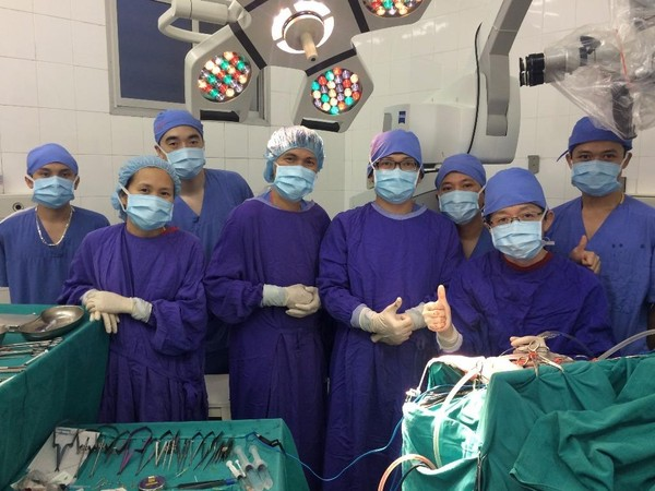 Ekip phẫu thuật bệnh nhân bị phình động mạch