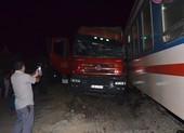 Xe đầu kéo bị tàu lửa kéo lê, đường sắt tê liệt hơn 6 tiếng