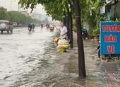 CSGT dầm mình móc rác, điều tiết giao thông dưới mưa ở Thủ Đức