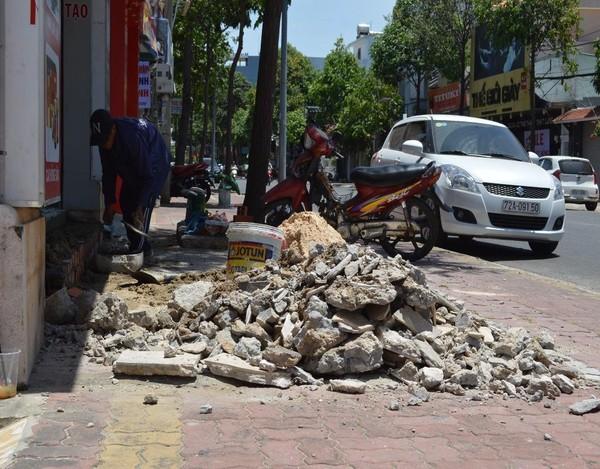 Nhiều người dân TP Vũng Tàu tự tháo dỡ  phần lấn vỉa hè