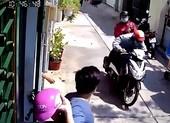 Truy tìm 2 kẻ cướp giật điện thoại của nữ sinh ở TP.HCM