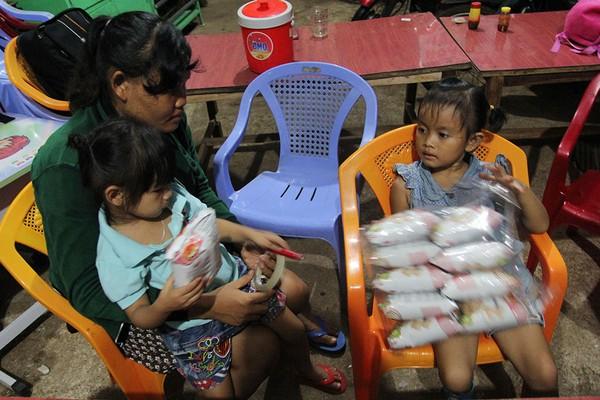 Hai bé Ngọc Yến và Lan Anh (bìa phải) cùng chia nhau đồ ăn. Ảnh: HOÀNG GIANG