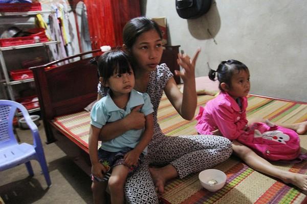 Chị Thu Trang cùng hai bé Ngọc Yến và Lan Anh (áo hồng) xem tivi trong nhà. Ảnh: HOÀNG GIANG