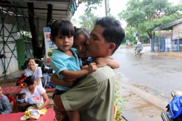 Vừa đến nơi hai đứa nhỏ đã chạy đến ôm chầm lấy anh Vũ Đình Khiên - cha ruột bé Ngọc Yến. Ảnh: HOÀNG GIANG