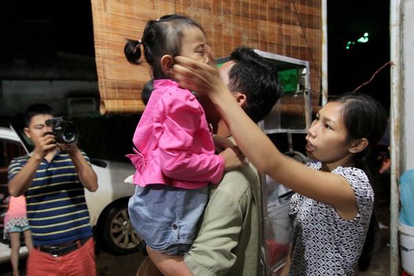 Mẹ nuôi Thu Trang dỗ con gái Lan Anh để con trở về nhà mới. Ảnh: HOÀNG GIANG