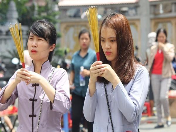 Hai cô gái cầu nguyện giữa trời nắng