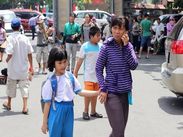 Sau giờ học, các em nhỏ được phụ huynh dắt đến chùa cầu bình an trong ngày lễ Vu Lan