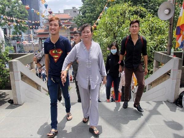 Người mẹ được con trai đưa đến chùa cầu an