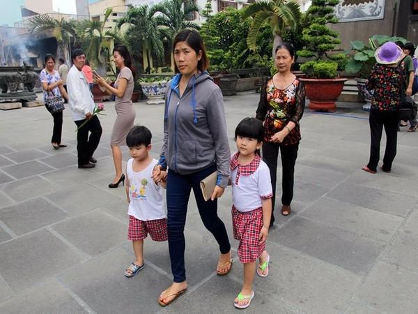 Hai em nhỏ được mẹ đưa đi chùa