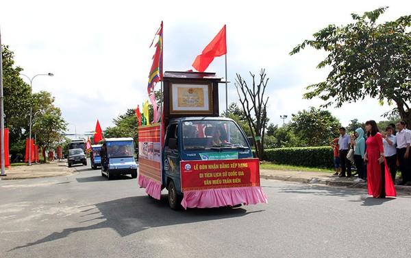 Xe của đoàn đi đón nhận bằng xếp hạng từ Quảng trường tỉnh về Văn Miếu Trấn Biên.