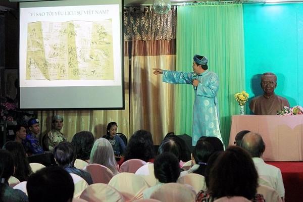 Diễn giả văn hóa Hồ Nhựt Quang giới thiệu bức tranh về lịch sử mà anh tự vẽ.