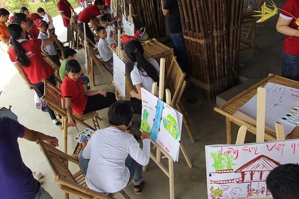 Các em nhỏ tự tay vẽ những bức tranh thi trong ngày lễ giỗ tổ.
