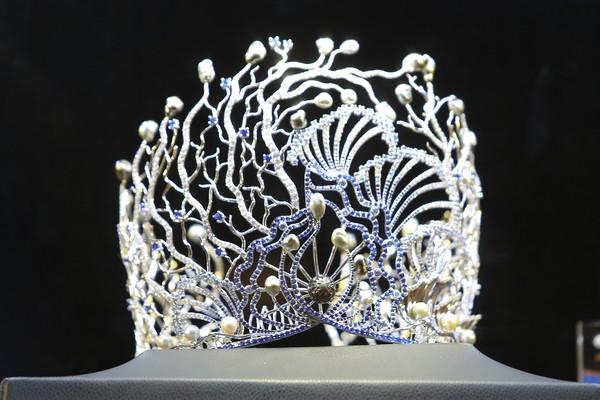 Trên nền chất liệu vàng trắng, từng chi tiết của vương miện được cộng hưởng thêm ánh sáng lấp lánh nhờ 1.000 viên kim cương tự nhiên cùng 12 viên ngọc Tahiti ánh xà cừ đen huyền ảo và những viên ngọc trai sắc trắng tinh khôi bao quanh.