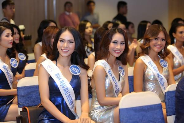 Top 33 các thí sinh vào vòng chung kết rạng rỡ trong buổi công bố Vương miện Hoa hậu Đại Dương.