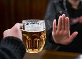 Coi chừng lây bệnh vì uống chung ly bia