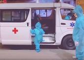 Xúc động cháu bé 5 tuổi một mình lên xe đi điều trị COVID-19 ở TP.HCM
