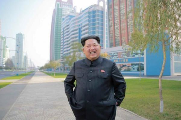 Kim Jong-un đứng ở Đại lộ Rạng Đông