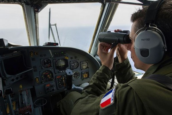 Phi công Pháp tìm kiếm máy bay MS804