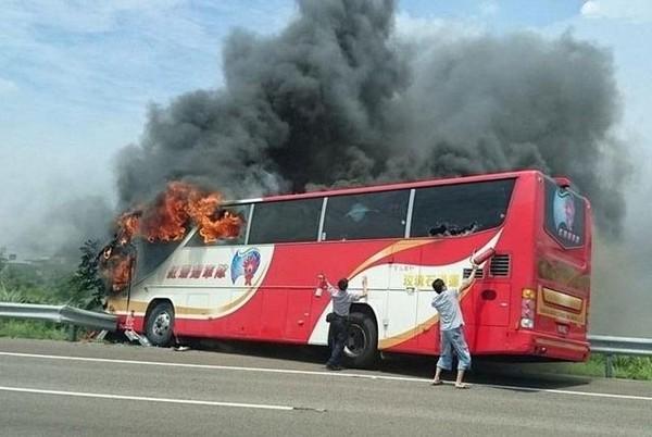 Chiếc xe buýt du lịch Đài Loan gặp nạn. Ảnh: Twitter