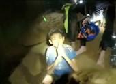 Video: Đội bóng nhí Thái Lan chào và cám ơn mọi người
