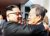 Lãnh đạo Hàn-Triều ôm nhau thân mật ở lần gặp thứ 2 bất ngờ
